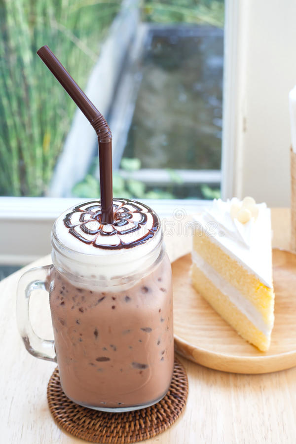 Grand verre glacé de cacao sur en bois image stock