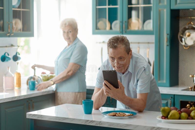 Grandad просматривая через сеть стоковые фото