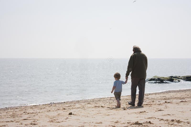 Grandad e neto na praia foto de stock royalty free