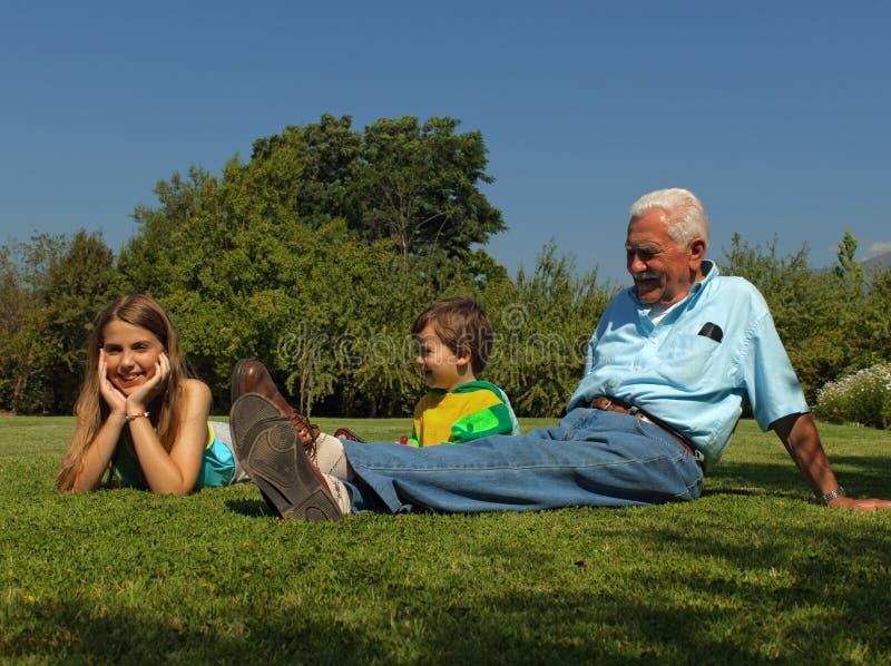 Grandad y nietos imagen de archivo libre de regalías
