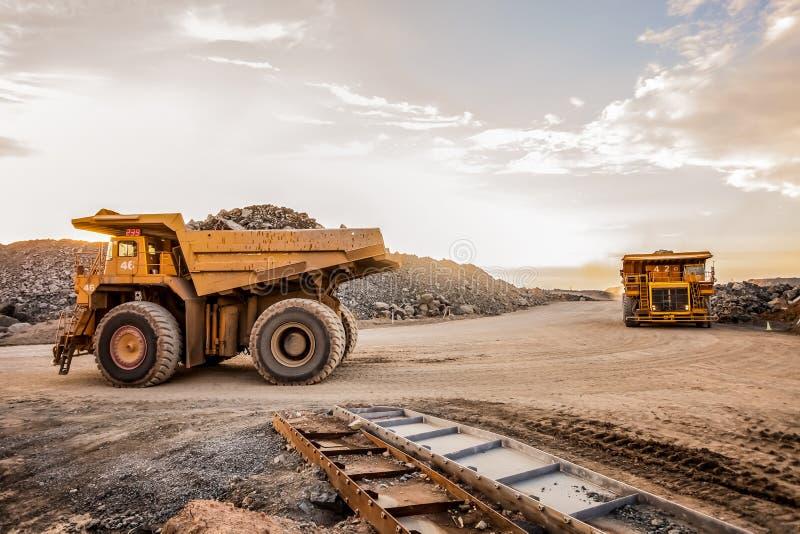 Grandangolare di due grandi autocarri con cassone ribaltabile di estrazione mineraria per il trasporto del minerale metallifero o fotografia stock libera da diritti