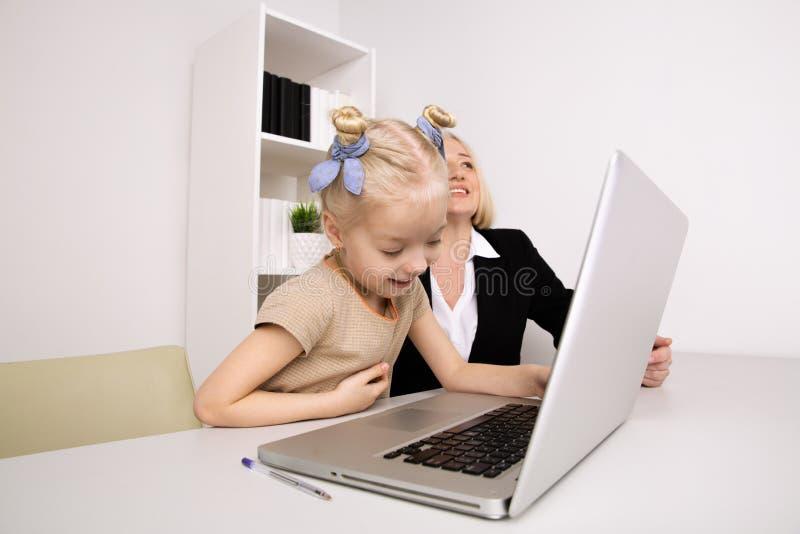 Granddmother i wnuczka robi pracie domowej wp?lnie zdjęcia royalty free
