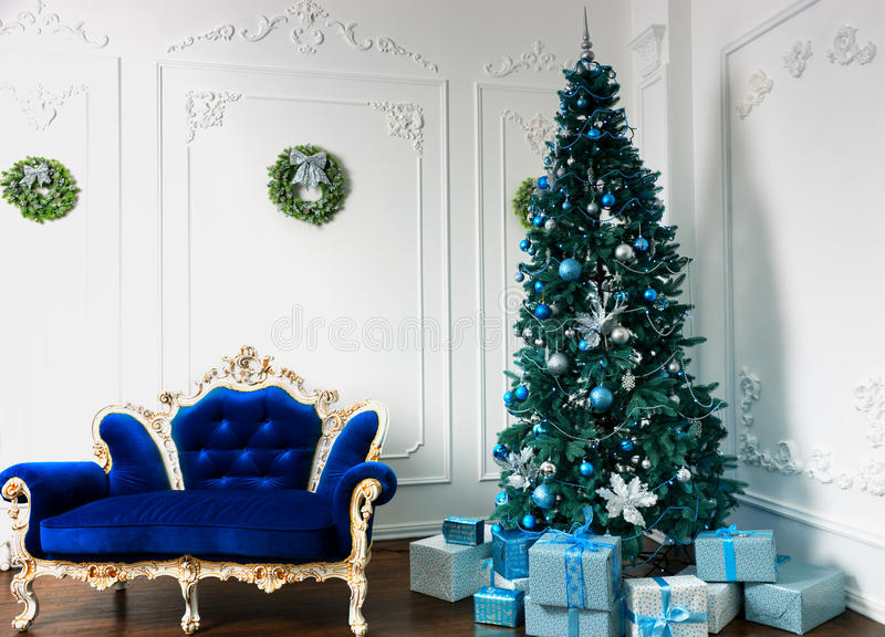 Grande árvore de Natal com muitos presentes e decoros diferentes imagem de stock