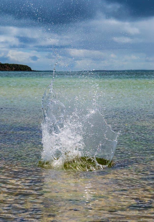 Grande éclaboussure Dans L Eau Avec La Mer Transparente à L Arrière-plan Image stock