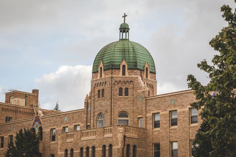 Grande église catholique avec le ciel nuageux au-dessus d'une vue plus étroite image stock