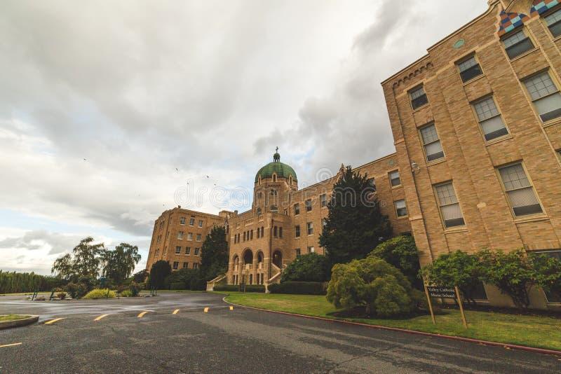 Grande église catholique avec le ciel nuageux ci-dessus photos stock
