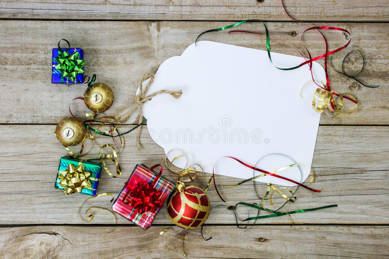Grande étiquette de cadeau avec des décorations de vacances photographie stock