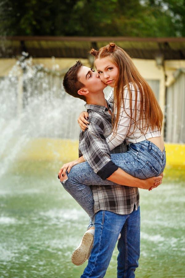 Grande étreinte d'adolescents amoureux photos stock