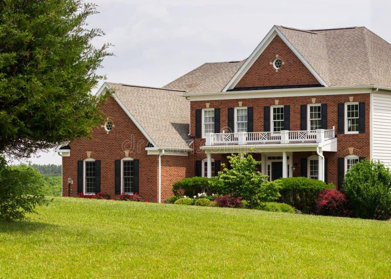Grande única casa familiar da elevação dianteira fotografia de stock royalty free