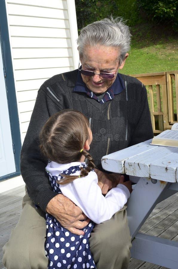 Grande abraço do avô seu grande neto foto de stock