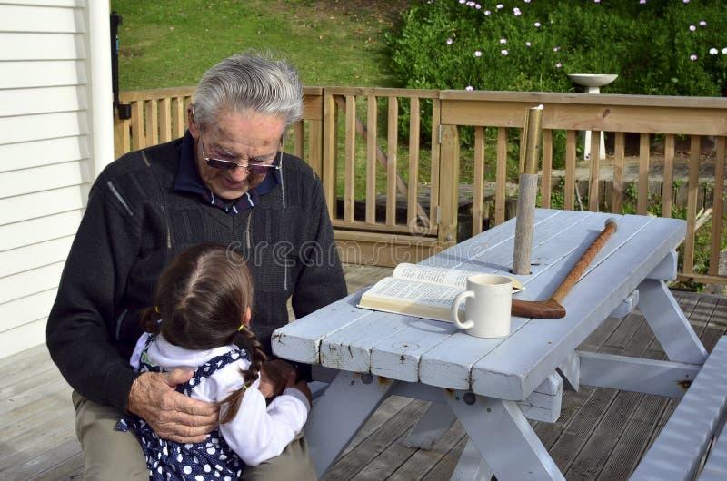 Grande abraço do avô seu grande neto foto de stock royalty free
