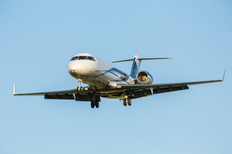 Grande aereo passeggeri su un fondo del cielo blu fotografia stock libera da diritti