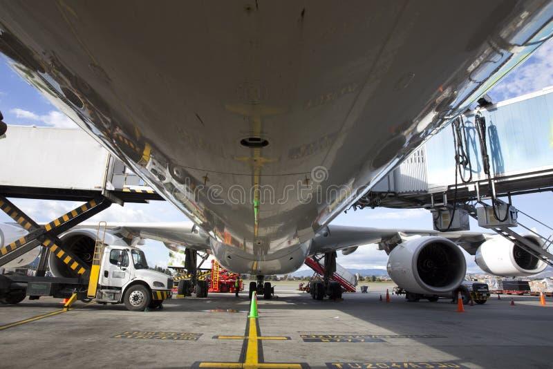 Grande aeroplano del getto che è assistito sulla terra immagini stock libere da diritti