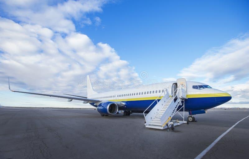Grande aeroplano dello statuto all'aeroporto pronto ad imbarcare fotografia stock libera da diritti