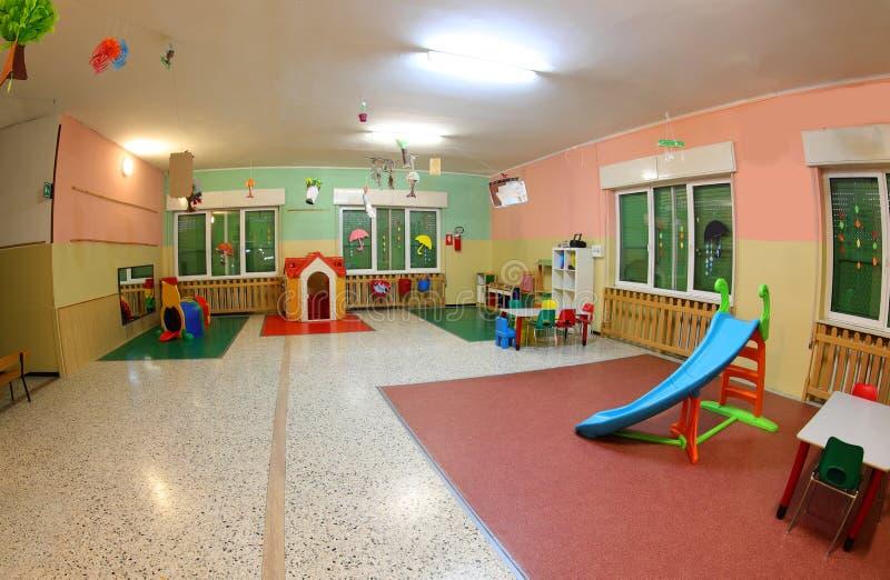 Grande aire de jeux d'une maternelle sans personne photos stock