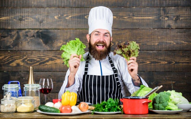 Grande alimento para um estilo de vida saudável Homem farpado feliz receita do cozinheiro chefe Alimento biológico de dieta Cozim foto de stock royalty free