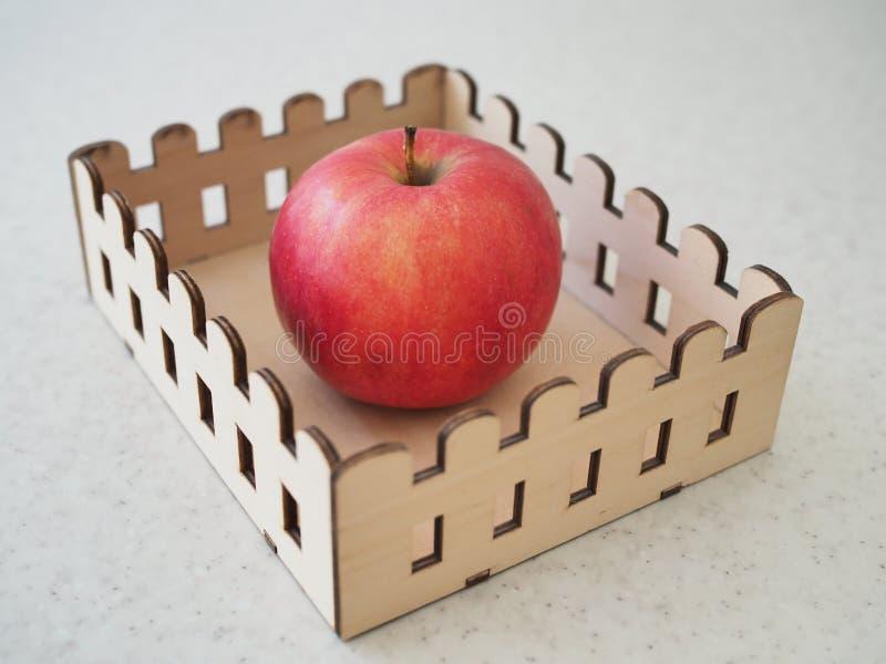 Grande Apple rosso maturo nel supporto di legno fotografie stock
