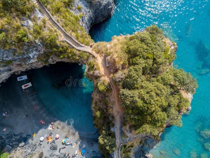 Grande arco, vista aerea, roccia dell'arco, Arco Magno e spiaggia, San Nicola Arcella, provincia di Cosenza, Calabria, Italia fotografia stock libera da diritti