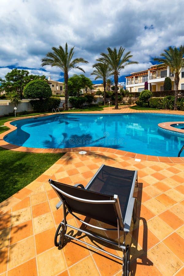Grande arrière-cour avec la piscine, le baquet chaud et les chaises longues Piscine dans l'arri?re-cour Piscine et jardin incroya photographie stock libre de droits