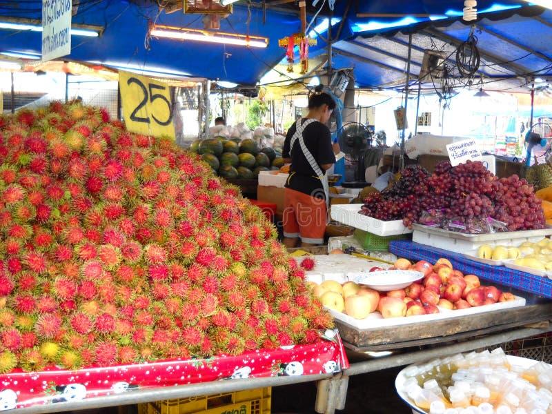 Grande atmosfera em um mercado do alimento Perto do krabi imagem de stock