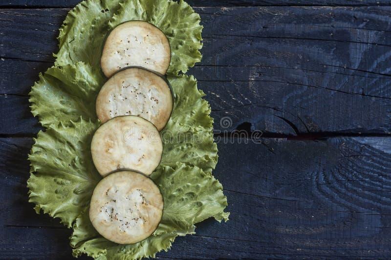Grande aubergine coupée en tranches images libres de droits