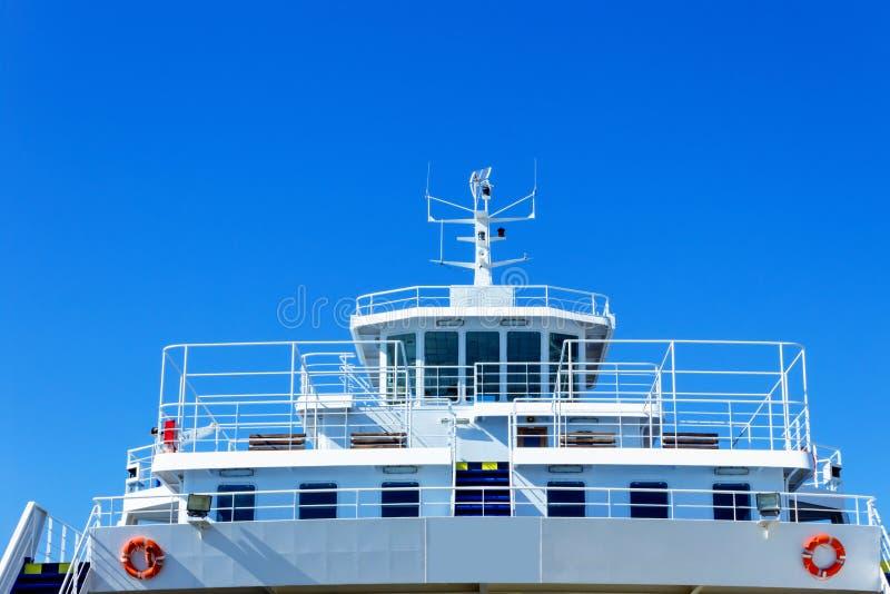 Grande auto-traghetto messo in bacino in porto marittimo Grande nave in un porto del mare fotografie stock libere da diritti