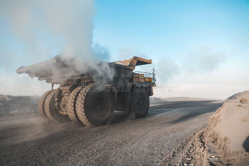 Grande autocarro con cassone ribaltabile della cava Caricando la roccia in scaricatore Carbone di caricamento nel camion del corp fotografia stock