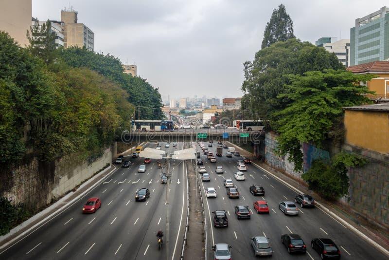 Grande avenida que cruza a avenida de Liberdade na vizinhança japonesa de Liberdade - Sao Paulo, Brasil foto de stock royalty free