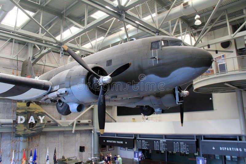 Grande avião de combate que pendura na entrada do museu famoso do nacional WWII, Nova Orleães, 2016 fotos de stock royalty free