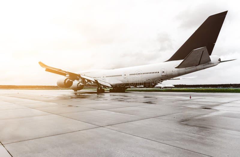 Grande avião do passageiro no taxiway do aeroporto fotografia de stock royalty free