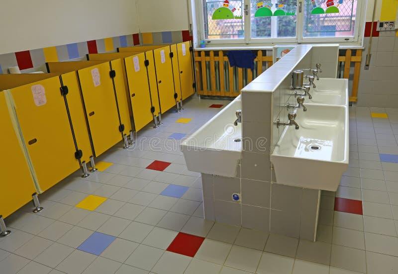 Grande bagno di una scuola materna senza gente immagini stock libere da diritti