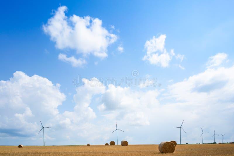 Grande balle de paille sur le champ dans été-horizontal photo libre de droits