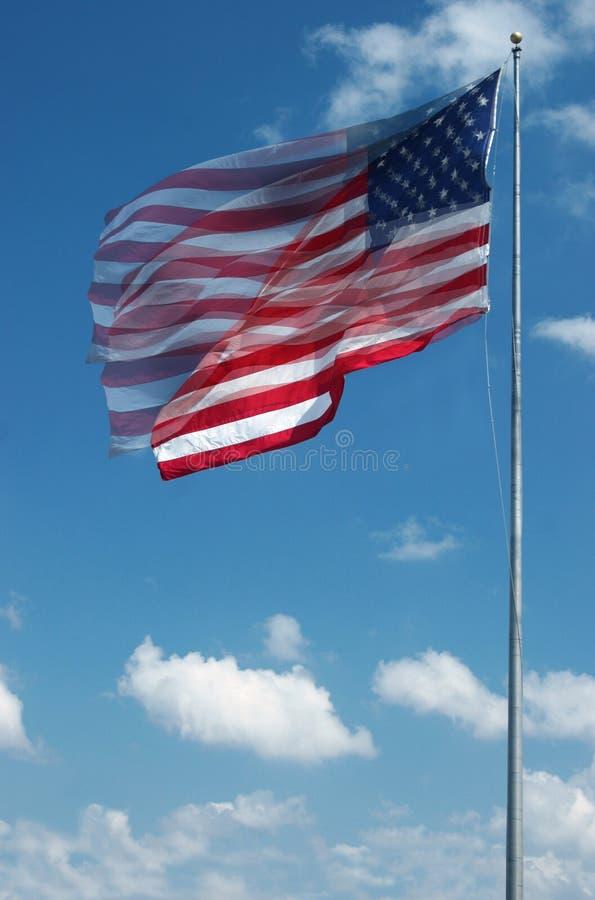 Grande bandeira americana que acena no vento fotografia de stock