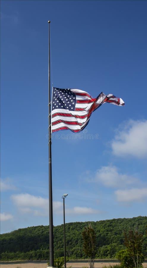 Grande bandiera americana battuta un mezzo personale come simbolo per come simbolo di rispetto o di dolore rendendo a stanza per  immagine stock libera da diritti