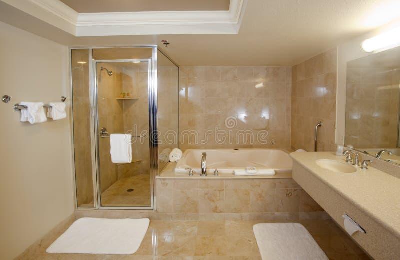 Grande banheiro de gama alta fotos de stock royalty free
