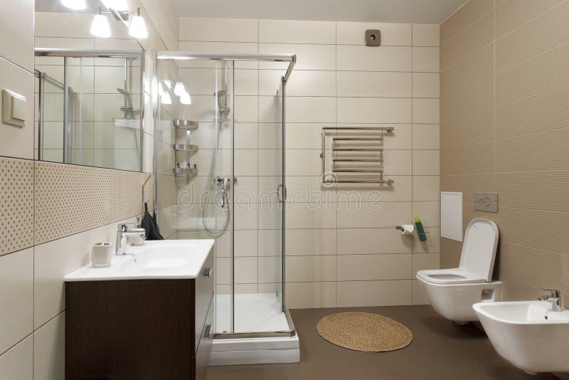 Grande banheiro em tons marrons imagens de stock