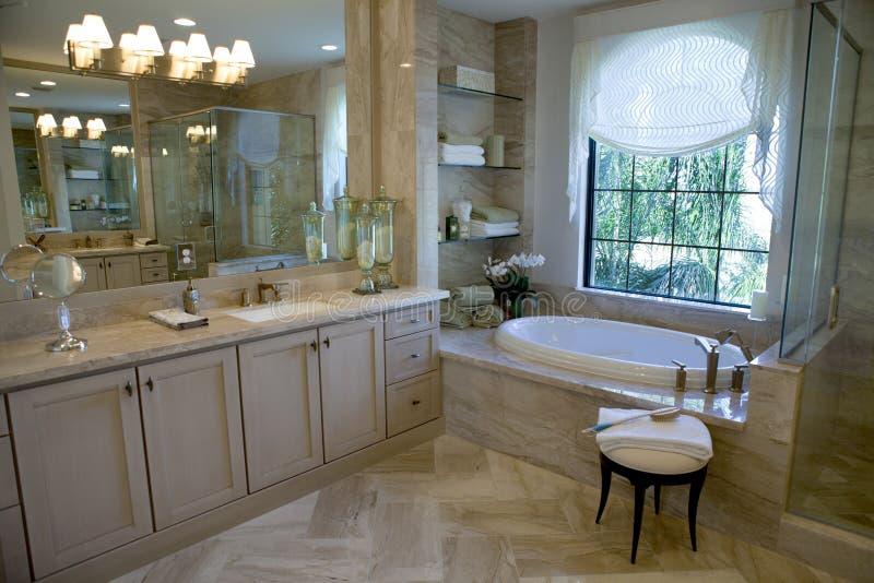 Grande banheiro mestre de gama alta fotografia de stock