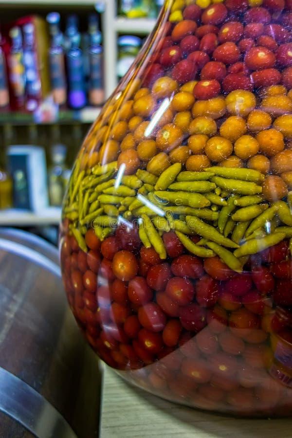 Grande barattolo dei peperoni di parecchi tipi dentro mercato popolare municipale nel Brasile fotografia stock libera da diritti