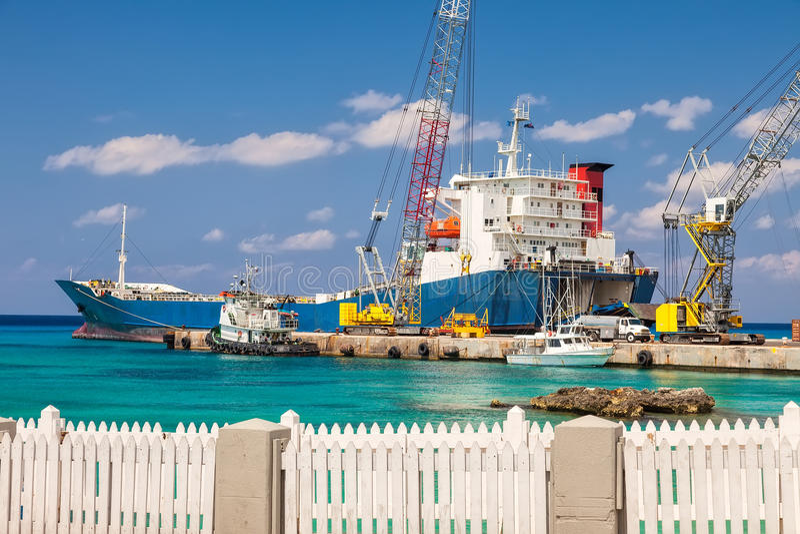Grande barge dentro Grand Cayman immagine stock libera da diritti