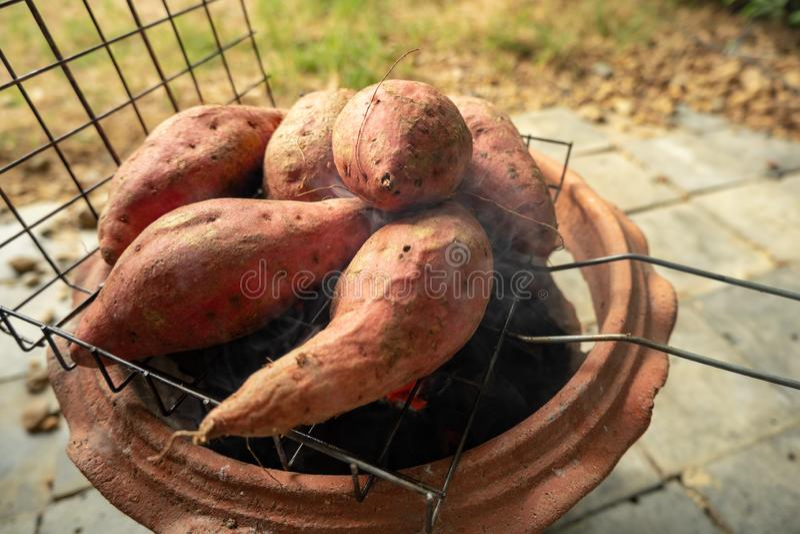 Grande batata doce queimada na grade fotografia de stock royalty free