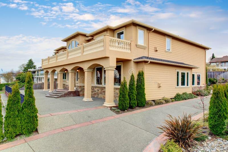 grande belle maison avec le balcon rayonn photo stock image 57239488. Black Bedroom Furniture Sets. Home Design Ideas