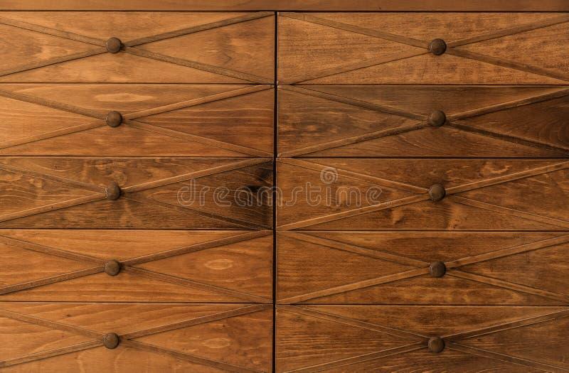 Grande belle vue étonnante du vieux vintage, rétro raboteuse en bois classique de tiroir avec le fond en bois de boutons photos libres de droits