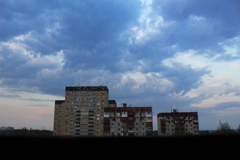 Grande bello cielo oltre tre case di nove piani fotografia stock libera da diritti