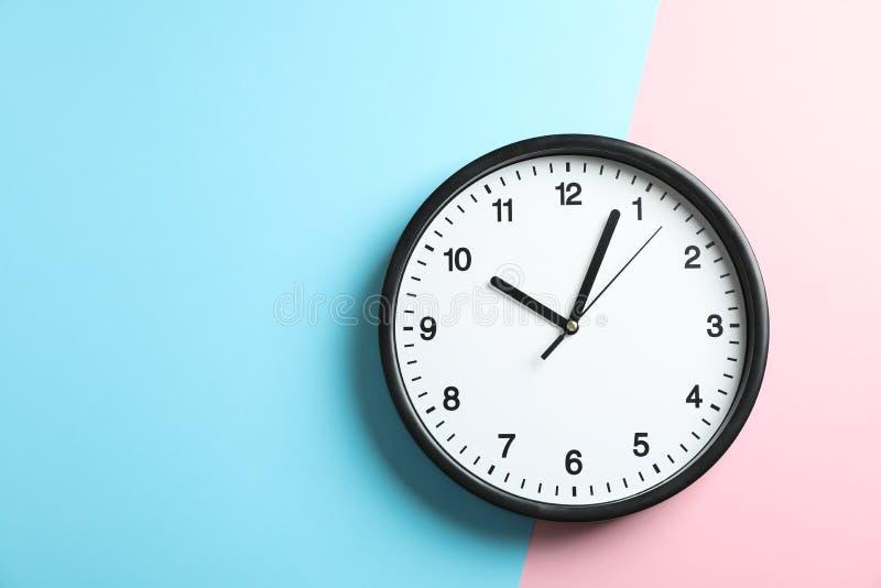 Grande bello orologio dell'ufficio su un colore solido di due toni fotografia stock