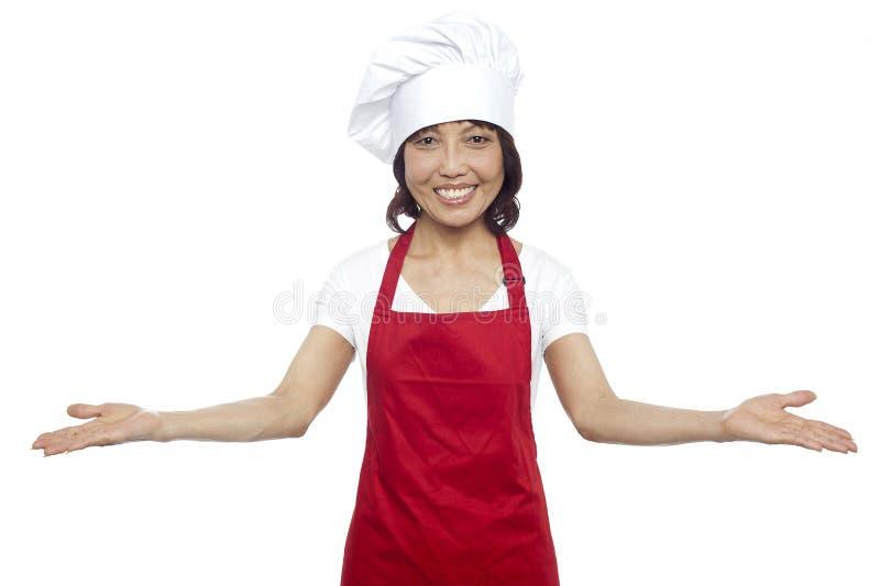 Grande benvenuto dal cuoco unico femminile asiatico con esperienza fotografie stock libere da diritti
