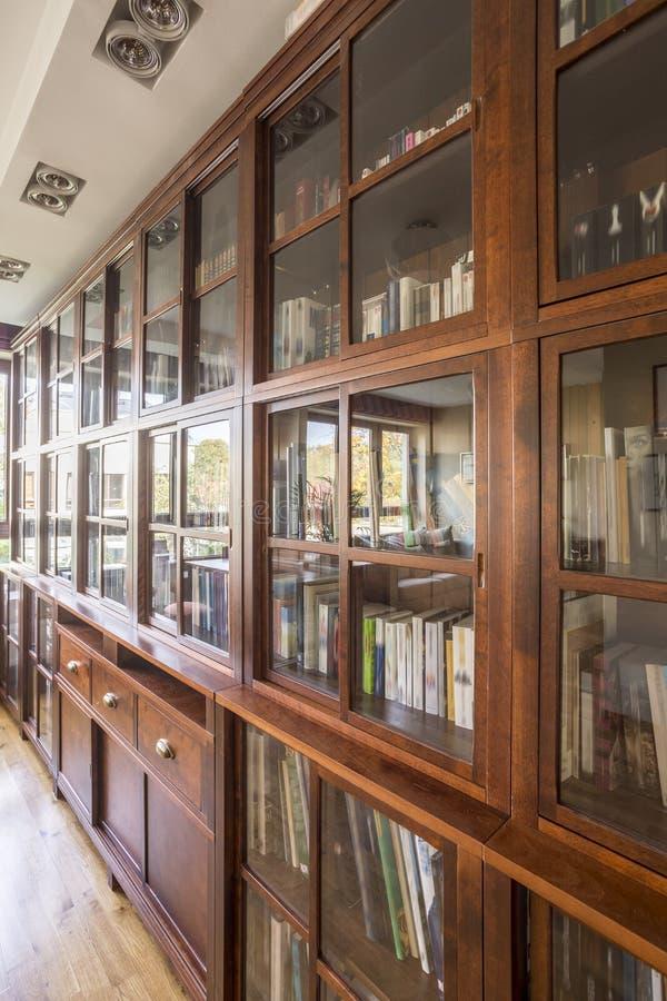 Grande bibliothèque en bois photos stock