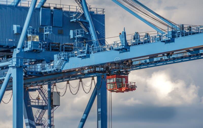 Grande, bleue grue industrielle contre le ciel nuageux photographie stock libre de droits