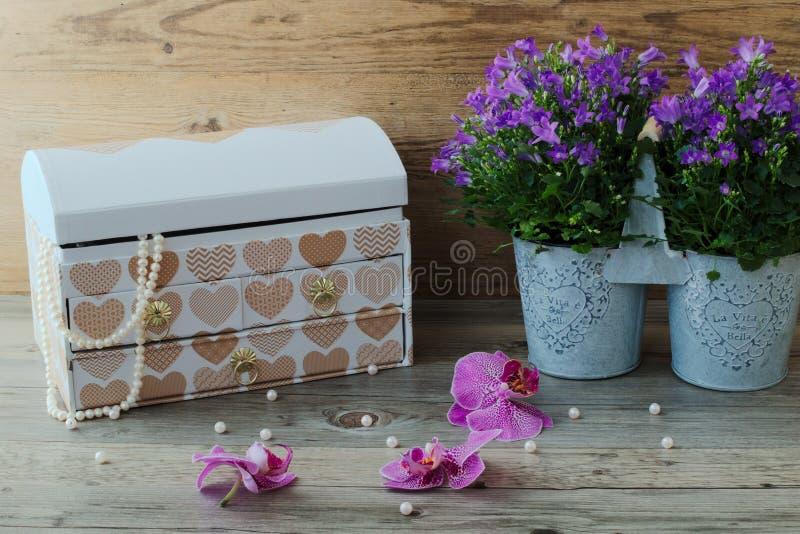 Grande boîte à bijoux, collier merveilleux de perle et belles fleurs images libres de droits