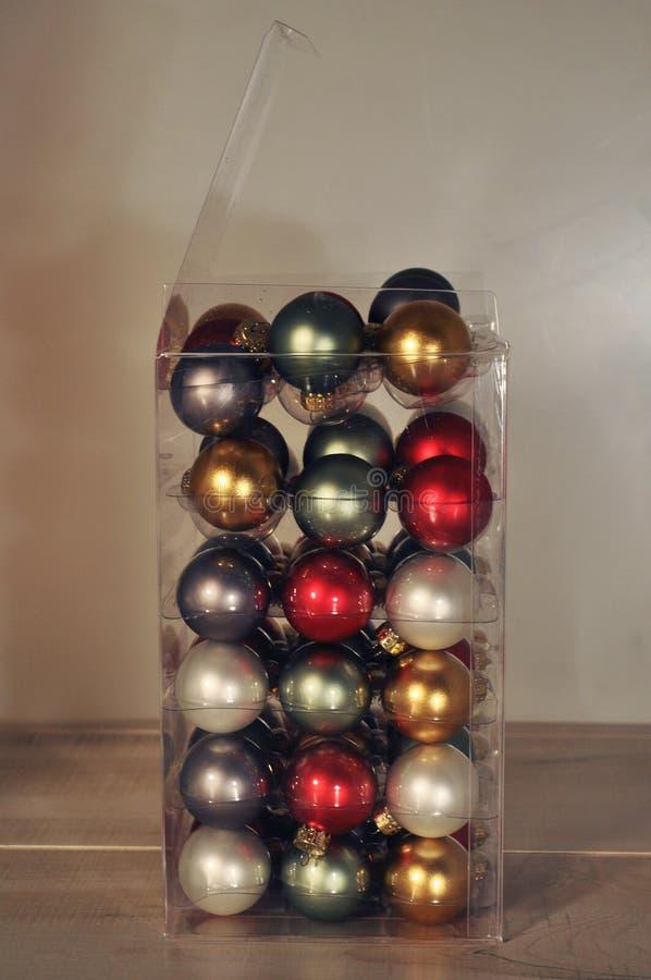 Grande boîte d'ornements d'arbre de Noël image libre de droits