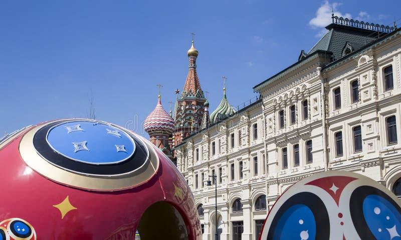 Grande bola de futebol simbólica com símbolos do campeonato do mundo 2018 de FIFA em Rússia moscow imagem de stock royalty free